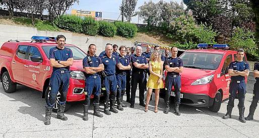 Blanca Carpintero, rodeada de bomberos con los vehículos.