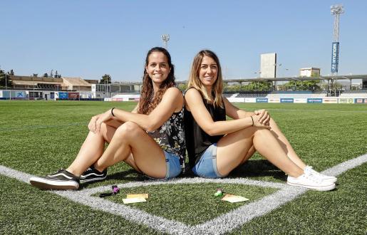 Las colegiadas Amy Peñalver y Joana Maria Vidal posan durante el encuentro con este diario sobre el césped de Son Malferit, junto a la sede de la Federació de Futbol de les Illes Balears, en los días previos a su debut en la Tercera División.