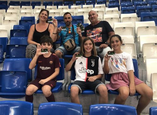Un grupo de socios del Palma Futsal posan con sus carnets, en Son Moix.