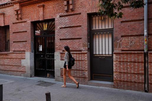 Fachada de la vivienda ubicada en el número 11 de la calle Tenerife, en el distrito de Tetuán de Madrid, donde fue hallado el cadáver.