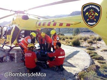 Momento del rescate de la mujer herida en Escorca.