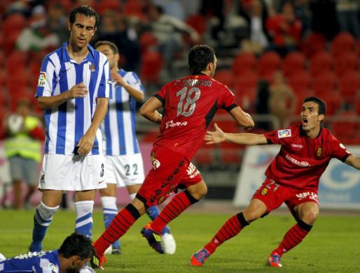 Víctor Casadesús y Alejandro Alfaro celebran un gol del Mallorca durante el último partido de Liga contra la Real Sociedad en Son Moix, en 2012.