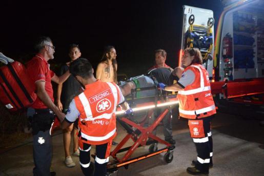 Momento en que el DJ herido es trasladado al hospital.