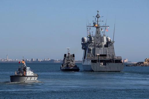 Vista del buque de la Armada española Audaz, al inicio de su travesía desde Rota (Cádiz) hacia la isla italiana de Lampedusa para hacerse cargo de las personas acogidas en el Open Arms.