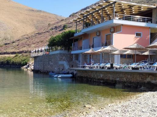Vista general del restaurante costero Panorma, en Porto Palermo, donde la semana pasada una familia española sufrió una agresión por parte del propietario, que les persiguió hasta su coche, se encaramó en el parabrisas y lo destrozó a puñetazos.