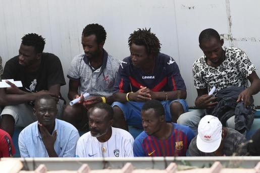 Migrantes del Open Arms, tras desembarcar en Lampedusa.