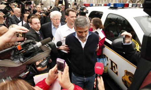 George Clooney, en el momento de su detención en Washington.