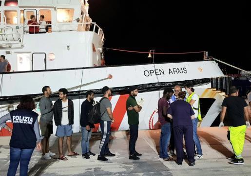 El barco Open Arms atracó en el puerto de Lampedusa en torno a las 23.50 horas locales (21.50 GMT) de este martes y los inmigrantes entonaron el 'Bella Ciao', momentos antes de poder pisar tierra.