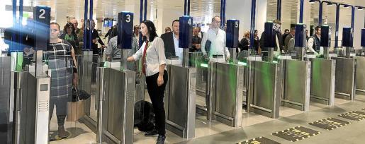 Los trabajadores de Acciona Facility Service han convocado una huelga indefinida en los servicios de control de pasaporte en el aeropuerto de Son Sant Joan a partir de la madrugada de este sábado.