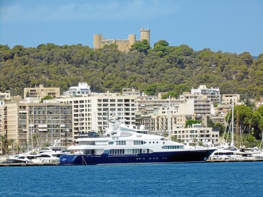 Imagen del superyate 'Samar', amarrado ayer en el Club de Mar de Palma con el Castell de Bellver como telón de fondo.