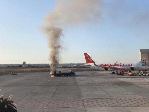 Imagen del camión incendiado, junto a un avión.