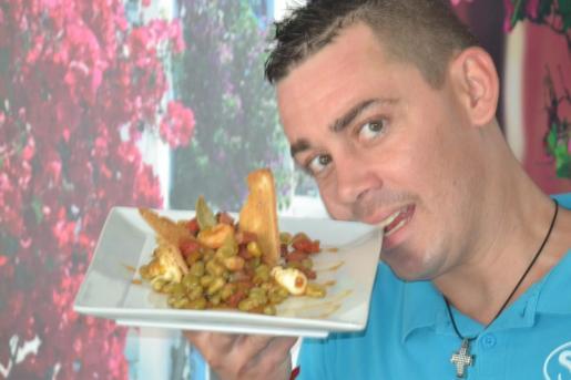 Marcos Puertollano presenta su ensalada templada de habas frescas.