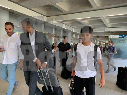 Kubo, este jueves, a su llegada al aeropuerto de Palma junto a Maheta Molango.