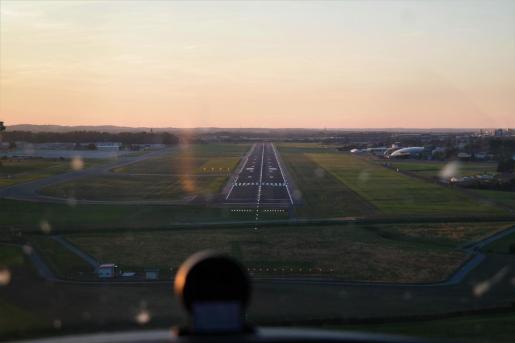 Los policías averiguaron que tres aviones habrían sido deslumbrados por un puntero de luz láser de color verde mientras se preparaban para aterrizar.