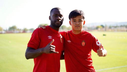 Yannis Salibur, a la izquierda, junto al japonés Takefusa Kubo, este jueves en la ciudad deportiva Antonio Asensio.