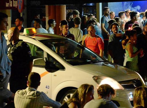 La Policía Local tuvo que impedir que los jóvenes cortaran la calle para salir a beber o pelearse.