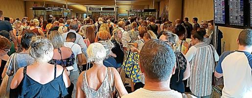Las colas en los controles de pasaportes van a ser la tónica general este fin de semana en el aeropuerto de Son Sant Joan.