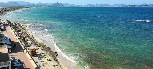 Cuenta con todas las actividades e instalaciones que se pueden esperar de una playa familiar y turística.