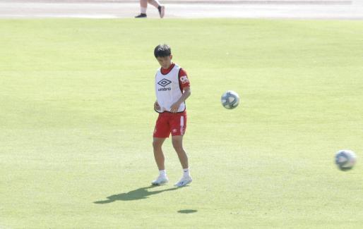 Un momento del primer entrenamiento de Takefusa Kubo con el Real Mallorca.