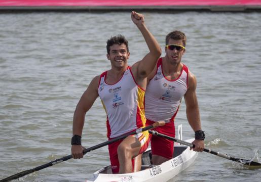Sete Benavides y Toni Segura celebran su tercera posición y el bronce.
