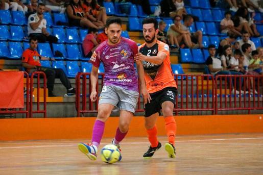 Diego Quintela intenta asistir a un compañero ante la presión de Joselito.