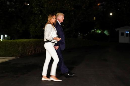 Donald y Melania Trump, antes de partir hacia Biarritz.