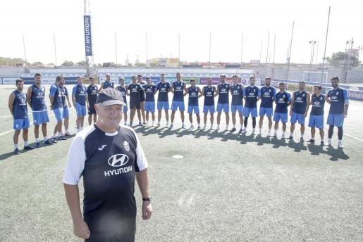 El técnico del Atlético Baleares, Manix Mandiola, posa frente a la plantilla en Son Malferit.