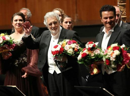 El tenor Plácido Domingo (centro) aplaudido, junto al resto del reparto, por parte del auditorio del Festival de Salzburgo, en su primera aparición en los escenarios tras las acusaciones de acoso sexual contra él hechas públicas a través de la agencia Associated Press hace poco más de diez días.