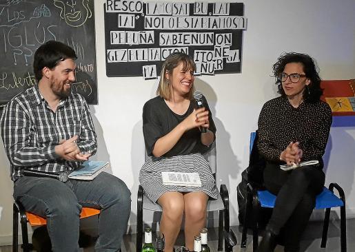 Almudena Sánchez, en el centro, el pasado jueves durante la presentación de su libro en Argentina.