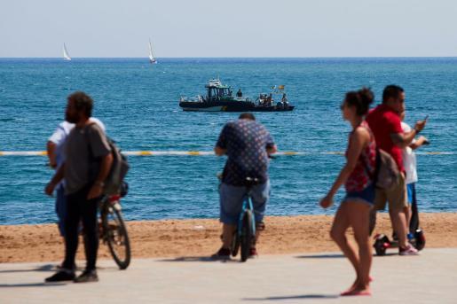 Buzos del Grupo Especial de Actividades Subacuáticas de la Guardia Civil en la playa de San Sebastian de la Barceloneta en Barcelona.