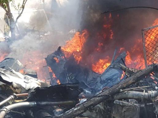 Yolanda oyó un estruendo y junto a su marido corrió a ver qué había sucedido. Encontró una de la aeronaves en llamas y se afanó junto a otros vecinos en intentar apagarlas.