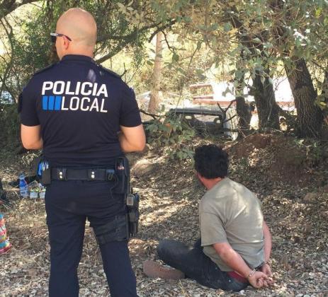 El detenido, junto a un agente de la Policía Local de Esporles tras su detención.