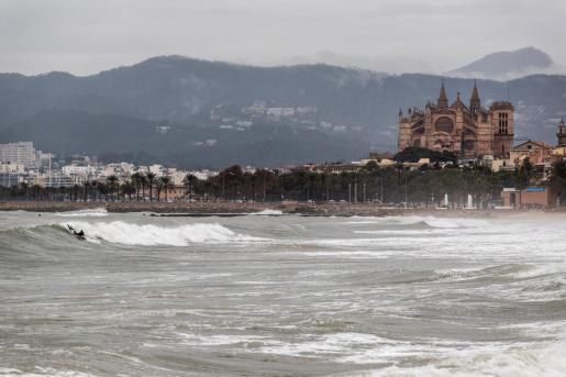 Imagen de archivo de un temporal de lluvia y viento en Mallorca.