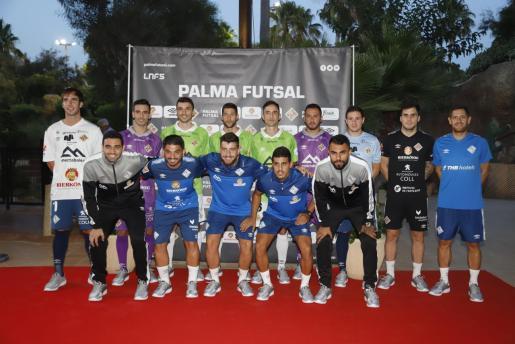 Los jugadores del Palma Futsal posan con las nuevas equipaciones.