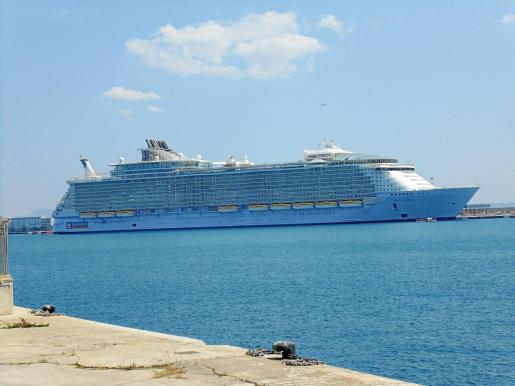 El 'Oasis of the Seas' en el puerto de Palma.
