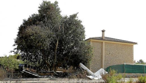 El ultraligero cayó a cinco metros de la vivienda.