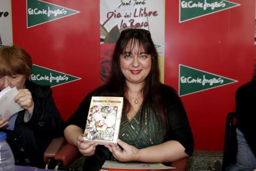 La escritora Joana Pol posa con su última novela.
