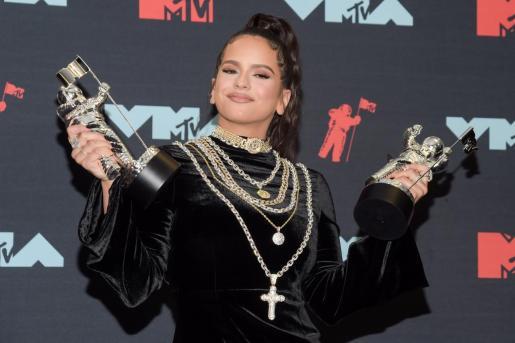 La cantante Rosalía muestra sus dos premios MTV.