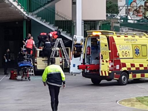 Una decena de personas trabajan en la atención al hombre, que ha caído sobre una furgoneta.