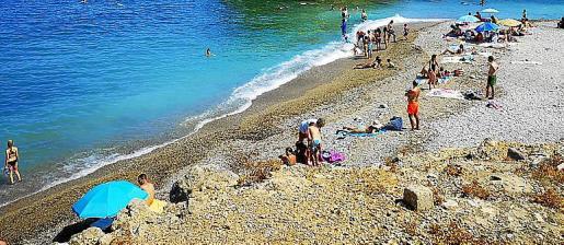 El islote se encuentra a tan solo 30 metros de esta playa.