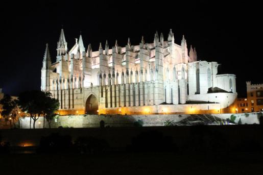 El nuevo proyecto contempla la instalación de once farolas nuevas de seis metros de altura, siete de ellas ubicadas ante la fachada de la Catedral de Mallorca y cuatro en la plaza de la Almoina.