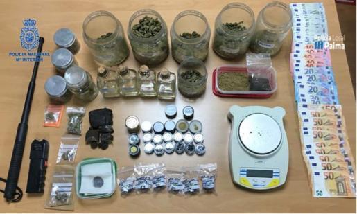 Se ha detenido a los responsables de los locales por tráfico de sustancia estupefaciente y a otra persona que se hallaba en un local por dos requisitorias judiciales.