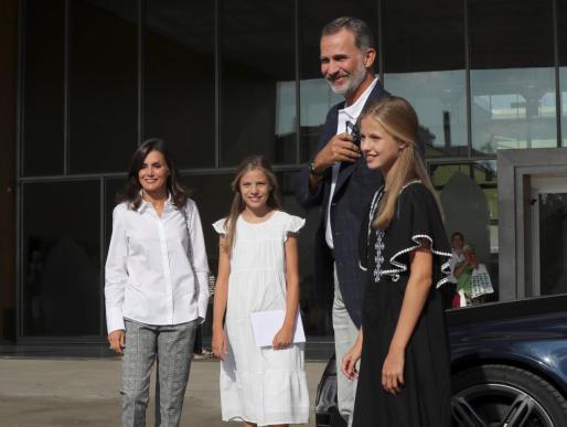 Los reyes Felipe y Letizia, junto a sus hijas, la princesa Leonor y la infanta Sofía, a su llegada al Hospital Clínico Quirón de Pozuelo de Alarcón para visitar al rey emérito Juan Carlos que evoluciona satisfactoriamente de la operación de corazón.