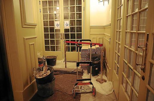 El Parlament ha precintado la puerta de acceso al llamado salón de los pasos perdidos, como muestra la fotografía. Está reparando el techo. Por muy rápido que vayan las obras, no estarán listas el 10 de septiembre.