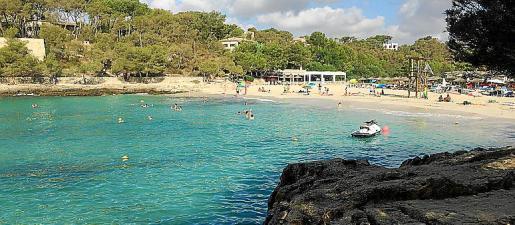 Cala Mondragó destaca por sus aguas cristalinas y la arena blanca.