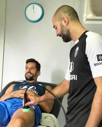 El defensa, Pedro Orfila, durante las pruebas médicas para determinar su lesión en el cuadríceps de la pierna izquierda.