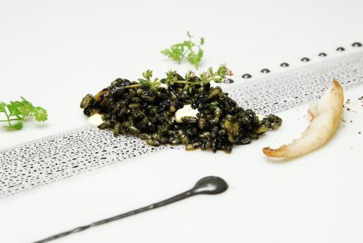 A mediodía, Safrà 21 se convierte en una arrocería con platos de gran calidad, como este arroz negro.