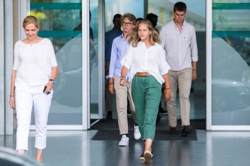 La infanta Cristina (i) y tres de sus hijos durante su salida de la clínica Quiron en Pozuelo, donde visitaron al Rey Juan Carlos.