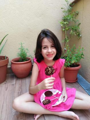 Paula Blanco presenta su receta: Piruletas de chocolate negro con Oli de Mallorca.