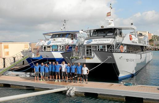 Los dos catamaranes de Ulises Cat atracados en los muelles de es Botafoc del puerto de Eivissa, con sus respectivas tripulaciones.